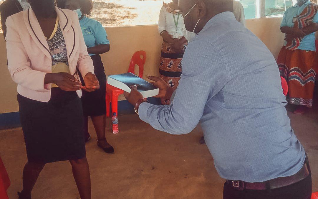 Guvenören i Mozambique besöker Radio Wimbe
